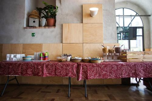 A restaurant or other place to eat at La Controra Hostel Naples