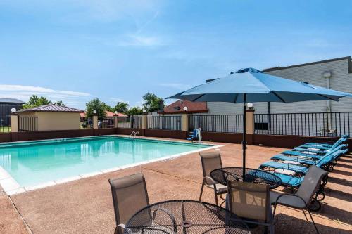 The swimming pool at or near Quality Inn Paris Texas