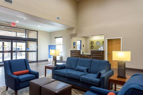 A seating area at Comfort Inn & Suites Baton Rouge Airport