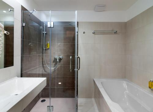 A bathroom at Wellness Hotel Windsor