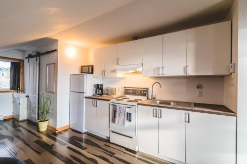 A kitchen or kitchenette at Aux 4 vents - Auberg'Inn