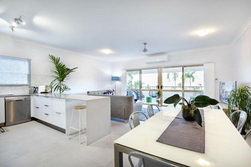 A kitchen or kitchenette at Sea Eagle on Airlie