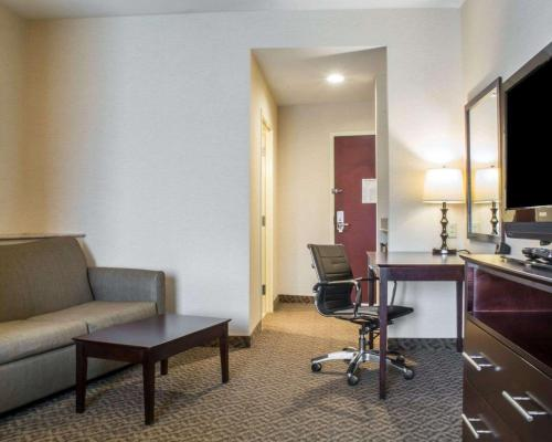 A seating area at Comfort Suites Cicero - Syracuse North