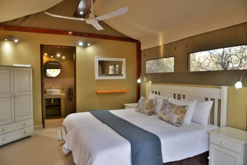A bed or beds in a room at Jackalberry Ridge