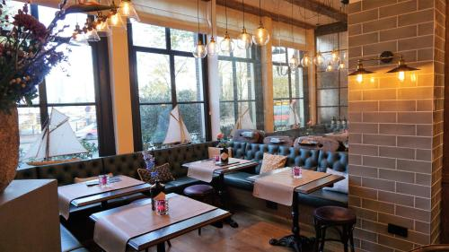 A restaurant or other place to eat at The Hendrick's Hotel