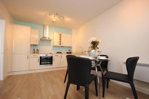 A kitchen or kitchenette at Portfolio Apartments - Hatfield Town Centre