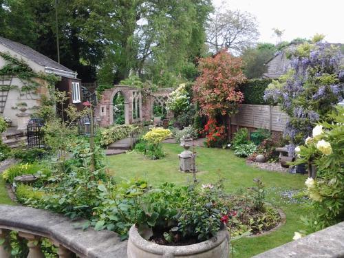 A garden outside À côté cottage