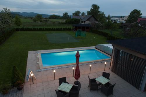 Výhled na bazén z ubytování Villa Golf nebo okolí