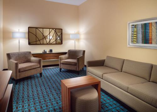 A seating area at Fairfield Inn & Suites by Marriott Hendersonville Flat Rock