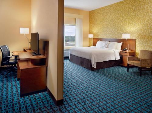 A bed or beds in a room at Fairfield Inn & Suites by Marriott Hendersonville Flat Rock