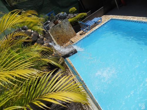 A view of the pool at Pousada O Meu Canto or nearby