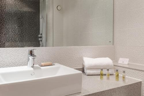 A bathroom at DoubleTree by Hilton Forest Pines Spa & Golf Resort