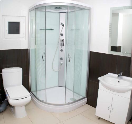 A bathroom at Hotel Otopeni