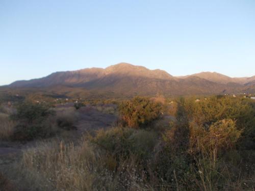 Una imagen general de la montaña o una montaña tomada desde la habitación en casa particular