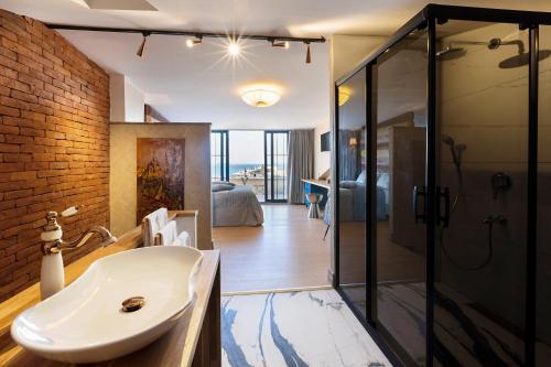A bathroom at Sublime Porte Hotel