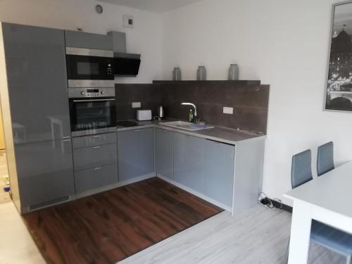 A kitchen or kitchenette at New Port Apartament