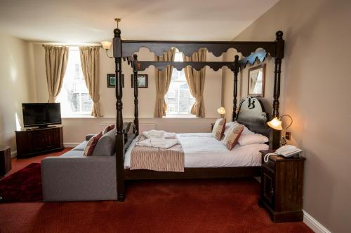 A bed or beds in a room at White Lion Royal Hotel