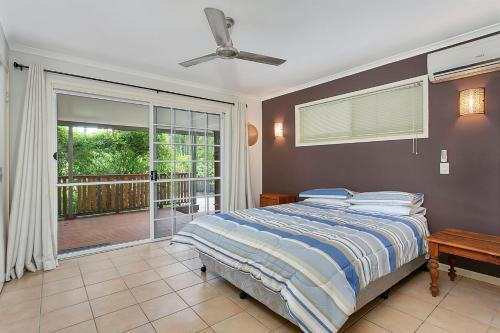 A bed or beds in a room at Kewarra Beach Hideaway - Three Bedroom House with Pool