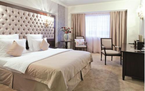 Un pat sau paturi într-o cameră la Simfonia Boutique Hotel