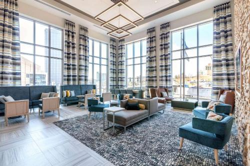 A seating area at Cambria Hotel Pittsburgh - Downtown
