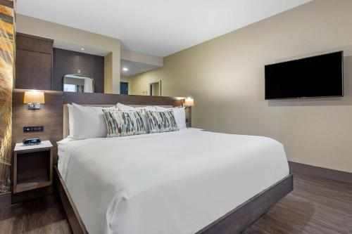 A bed or beds in a room at Cambria Hotel Philadelphia Downtown Center City