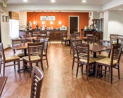 A restaurant or other place to eat at Sleep Inn Arlington Near Six Flags