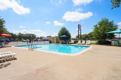 The swimming pool at or near Econo Lodge Airport I-35 North