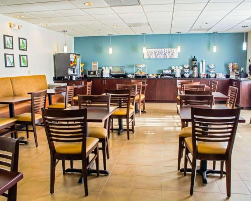 A restaurant or other place to eat at Sleep Inn & Suites Monticello