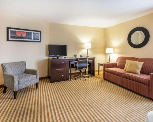 A seating area at Comfort Suites Wenatchee Gateway