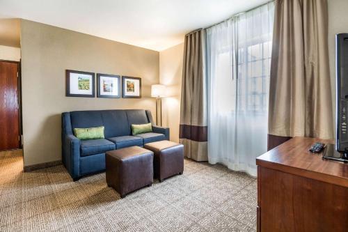 A seating area at Comfort Suites at Par 4 Resort