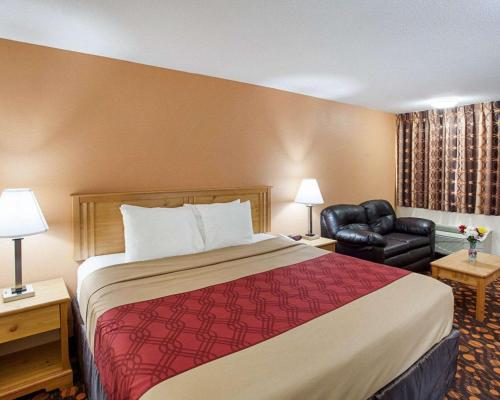 A bed or beds in a room at EconoLodge Phillipsburg