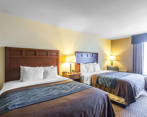 A bed or beds in a room at Comfort Inn & Suites Madisonville