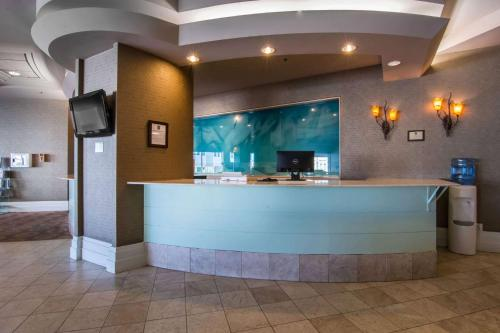 The lobby or reception area at Quality Inn & Suites Yellowknife