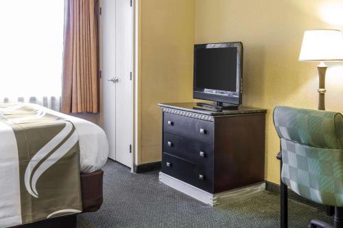 Uma TV ou centro de entretenimento em Quality Suites Orlando Close to I-Drive