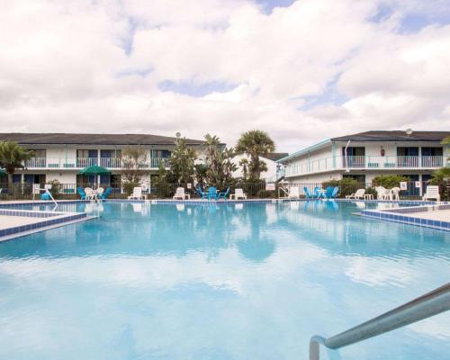 A piscina localizada em Rodeway Inn Maingate ou nos arredores
