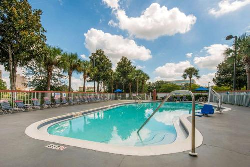 The swimming pool at or close to Comfort Inn & Suites Near Universal Orlando Resort-Convention Ctr