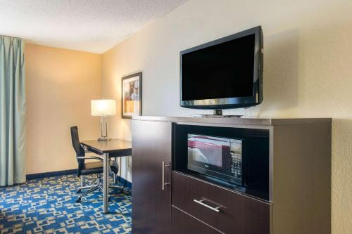 A television and/or entertainment centre at Comfort Inn & Suites Near Universal Orlando Resort-Convention Ctr