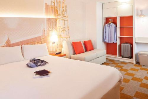 A bed or beds in a room at B&B Hôtel Albi