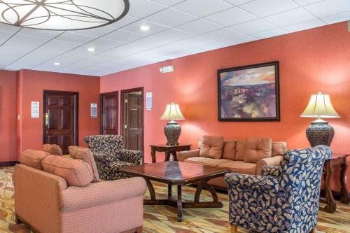 A seating area at Lifestyle Inn Cedar Falls