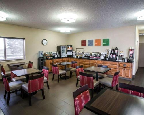 A restaurant or other place to eat at Comfort Inn Morris I-80