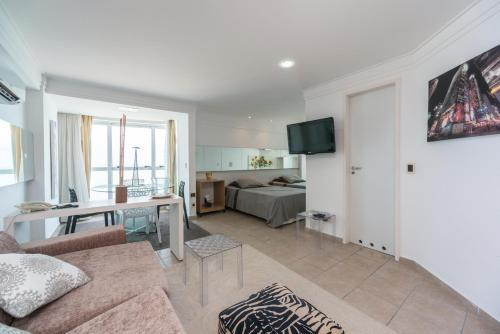 A television and/or entertainment center at RAD2704 Wonderful oceanfront flat in Boa Viagem