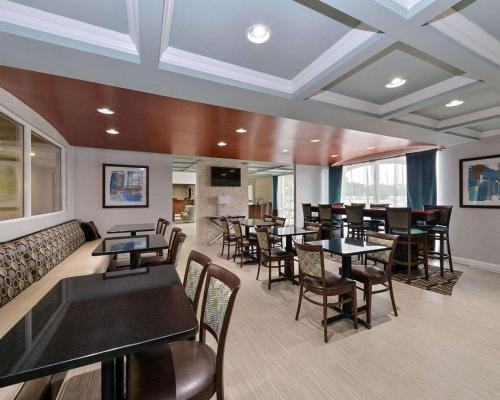 A restaurant or other place to eat at Comfort Inn & Suites Springfield I-55