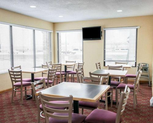 A restaurant or other place to eat at Quality Inn and Suites Indianapolis