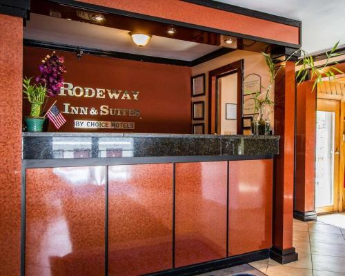 The lobby or reception area at Rodeway Inn & Suites Brunswick near Hwy 1