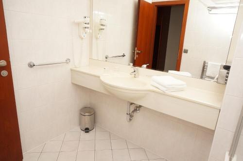 A bathroom at Hotel Coronet