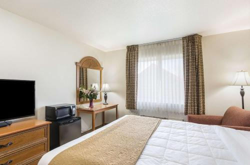 A bed or beds in a room at Econo Lodge Livingston