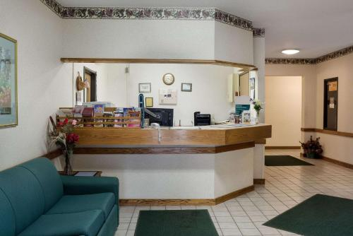 The lobby or reception area at Rodeway Inn Wahpeton