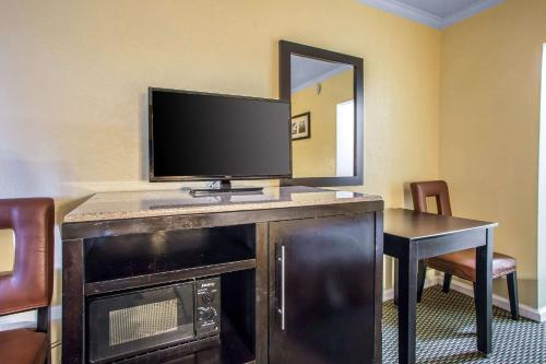 A television and/or entertainment center at Rodeway Inn Boardwalk