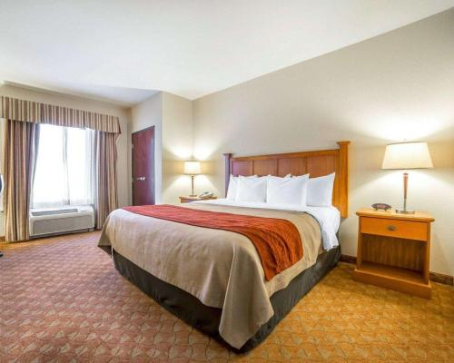 A bed or beds in a room at Comfort Inn & Suites Las Vegas - Nellis