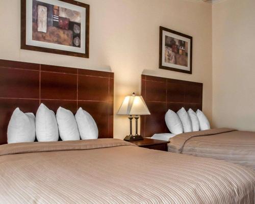 Cama o camas de una habitación en Quality Inn Buffalo Airport